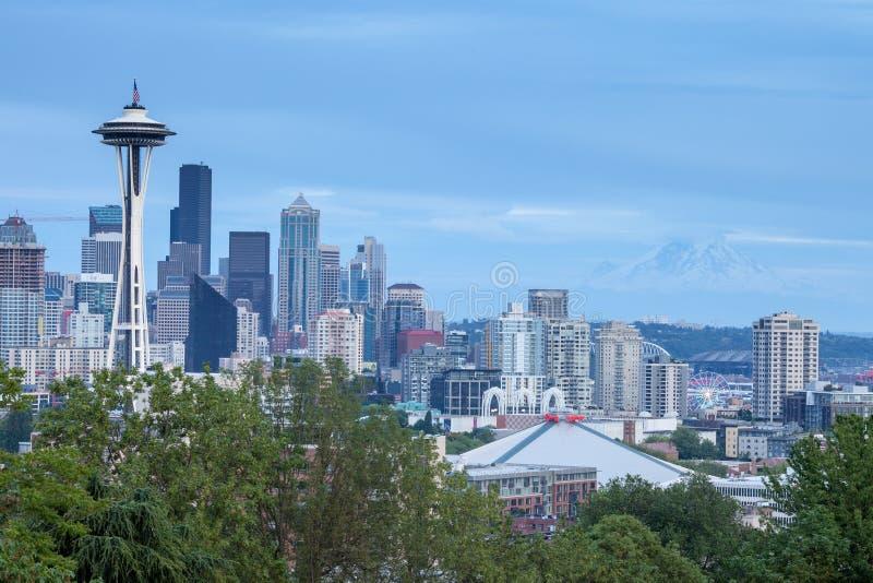Skyline de Seattle com o Monte Rainier no fundo fotos de stock royalty free