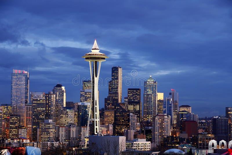 Skyline de Seattle com a torre da agulha do espaço no crepúsculo fotos de stock royalty free