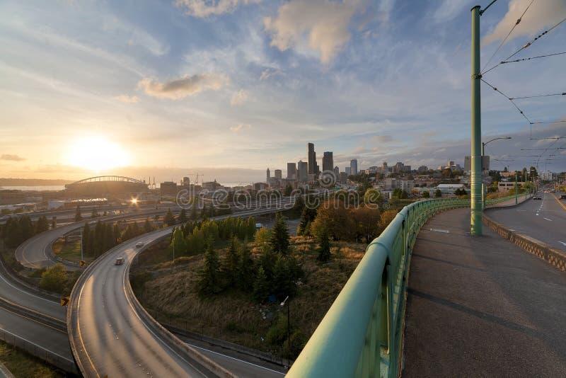 Skyline de Seattle da ponte no por do sol fotos de stock royalty free