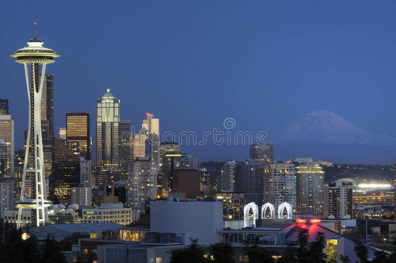 Skyline de Seattle na noite fotos de stock royalty free