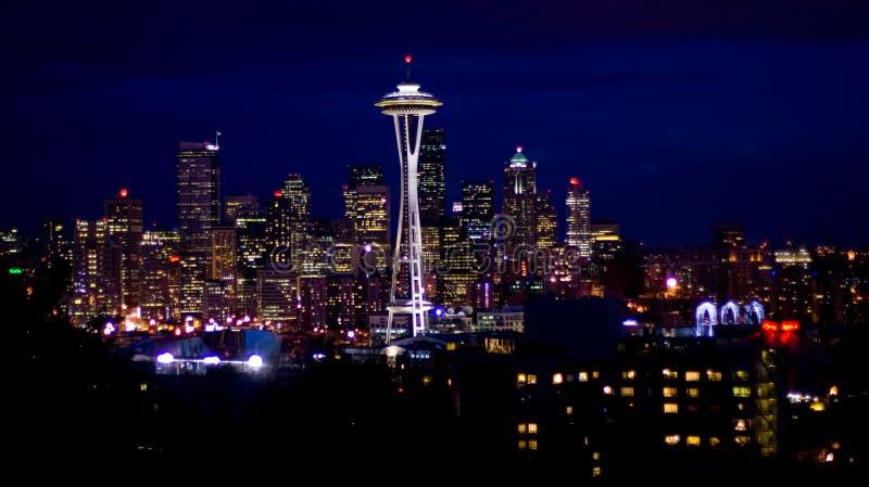 Skyline de Seattle na noite fotografia de stock royalty free