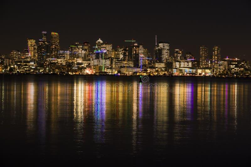 Skyline de Seattle na noite que reflete no lago Washington fotografia de stock royalty free