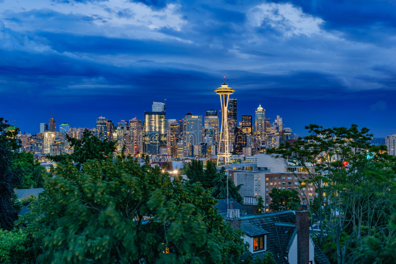 Skyline de Seattle no crepúsculo fotografia de stock royalty free