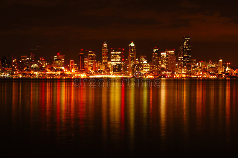 Skyline de Seattle refletida foto de stock royalty free