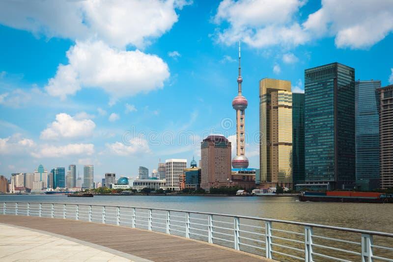 Skyline de Shanghai com trilhos fotografia de stock