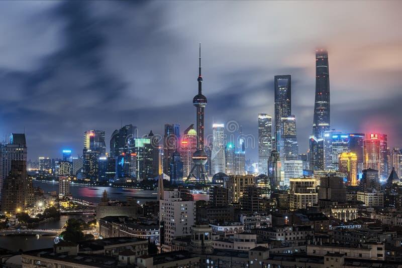 Skyline de Shanghai em tardio imagens de stock