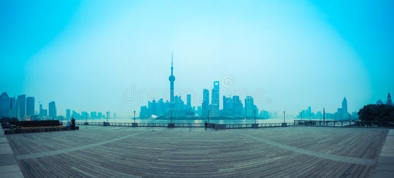 Skyline de Shanghai no alvorecer fotografia de stock royalty free