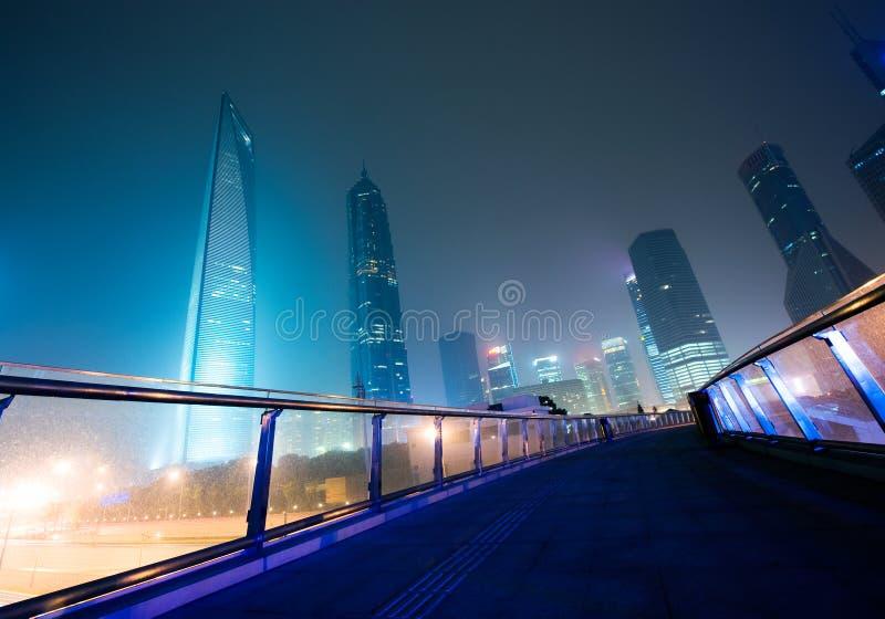 Skyline de Shanghi na noite fotografia de stock
