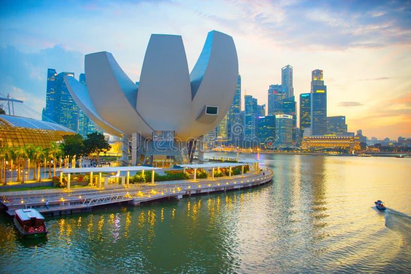 Skyline de Singapura com museu de ArtScience imagens de stock royalty free