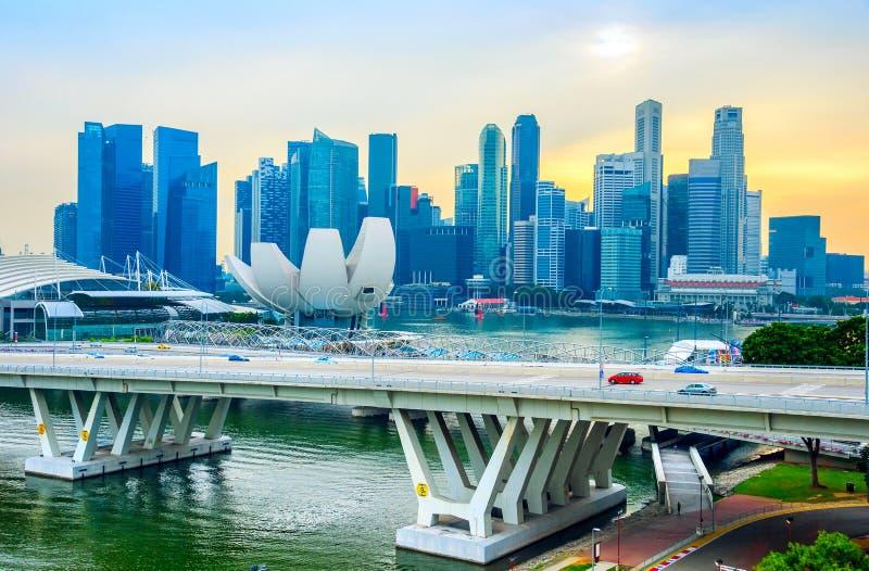 Skyline de Singapura, museu de Artsience, ponte imagem de stock