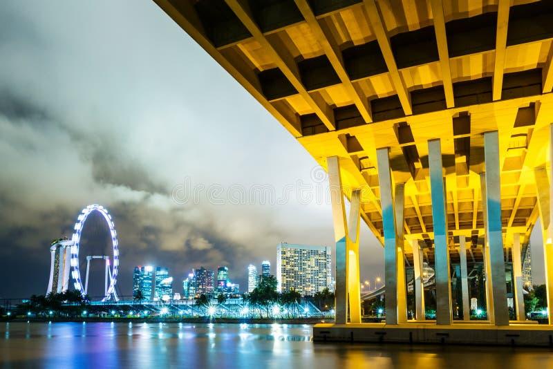 Skyline de Singapura na noite imagem de stock