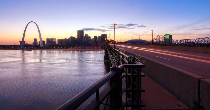 Skyline de St Louis, Missouri e arco da entrada fotos de stock