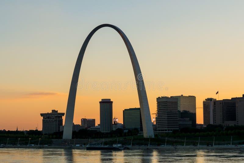 Skyline de StLouis Missouri no crepúsculo fotos de stock royalty free