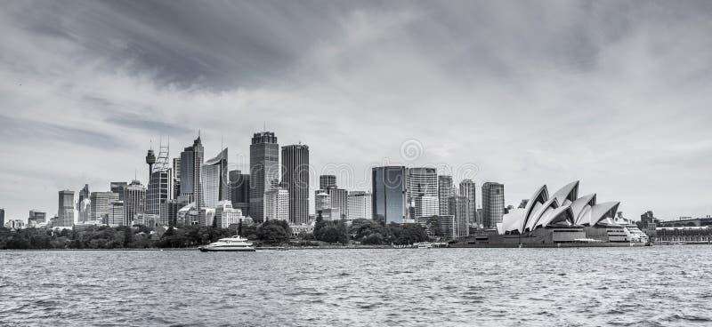 Skyline de Sydney CBD com o teatro da ópera em preto e branco imagem de stock