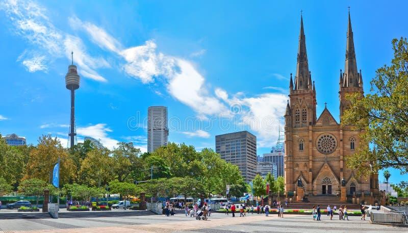 Skyline de Sydney com a catedral de Sydney Tower e de St Mary em Sydney foto de stock