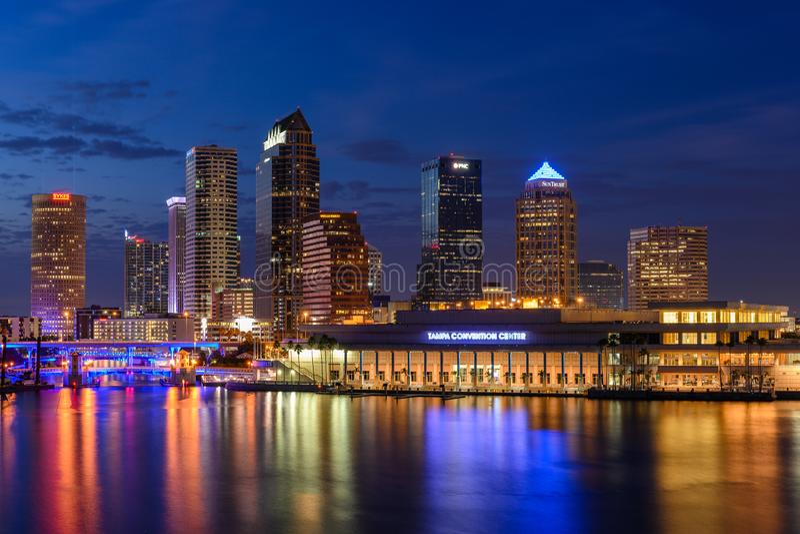 Skyline de Tampa na hora azul imagens de stock royalty free