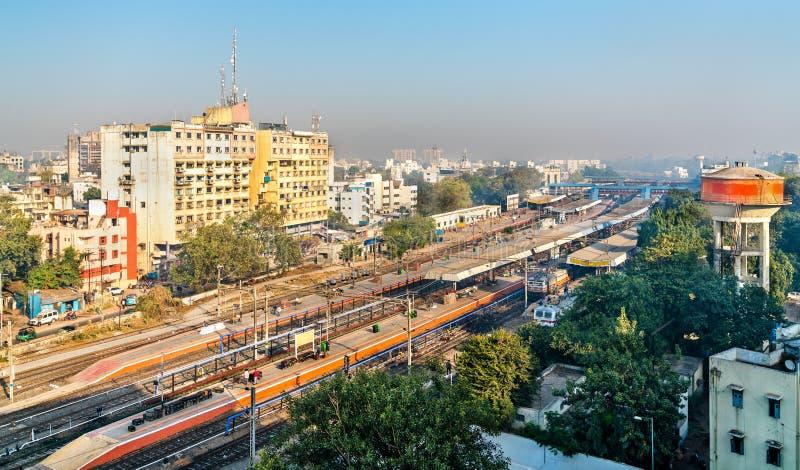 Skyline de Vadodara, conhecida anteriormente como Baroda, com a estação de trem Gujarat, Índia fotografia de stock royalty free