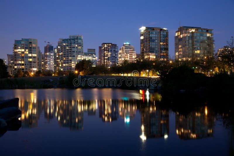Skyline de Vancôver na noite imagens de stock