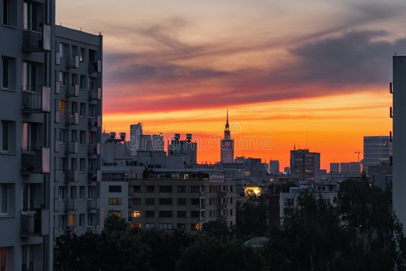 Skyline de Varsóvia com o palácio da cultura e da ciência no por do sol foto de stock