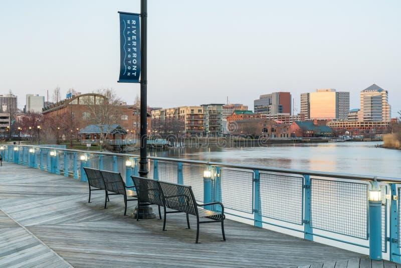 Skyline de Wilmington, Delaware ao longo de Christiana River imagem de stock