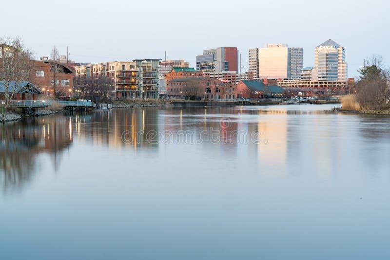 Skyline de Wilmington, Delaware ao longo de Riverwalk fotografia de stock