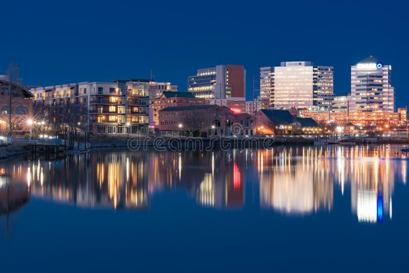Skyline de Wilmington, Delaware ao longo de Riverwalk foto de stock