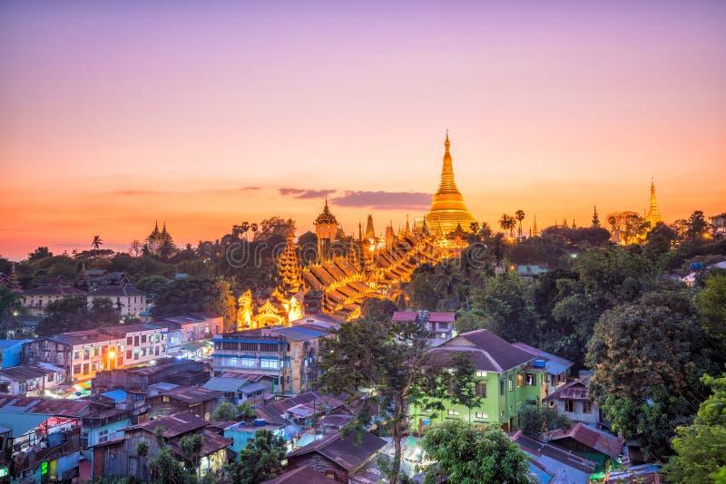 Skyline de Yangon com o pagode de Shwedagon em Myanmar imagens de stock royalty free