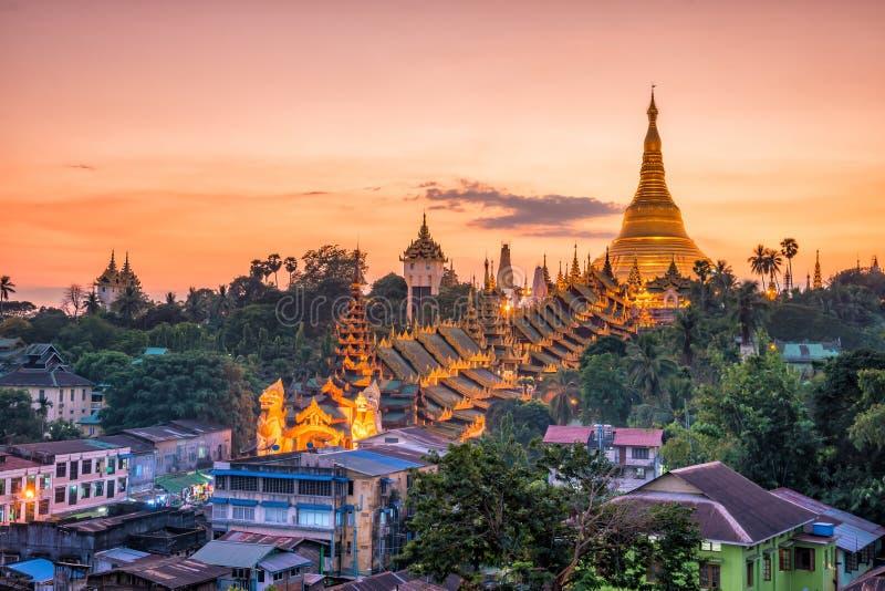 Skyline de Yangon com o pagode de Shwedagon em Myanmar imagem de stock royalty free