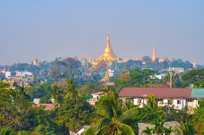 A skyline de Yangon com pagode de Shwedagon, Myanmar imagens de stock royalty free