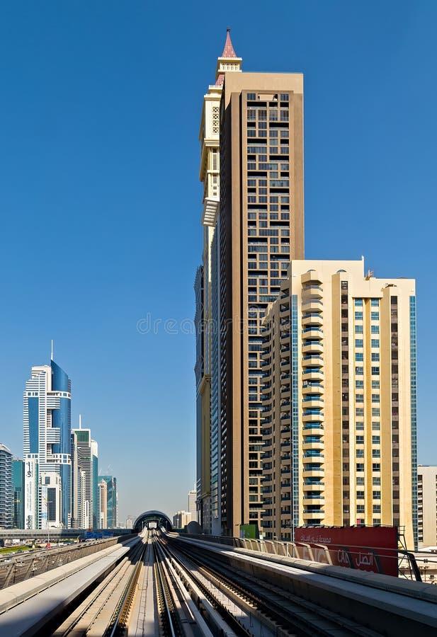 Skyline de Zayed do xeique das luzes do distrito de ViewDowntown da cidade de Dubai na noite com estradas imagens de stock royalty free