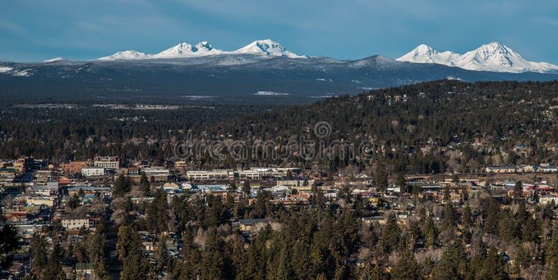 Skyline der Biegung Oregon mit Kaskaden-Bergen stockbild