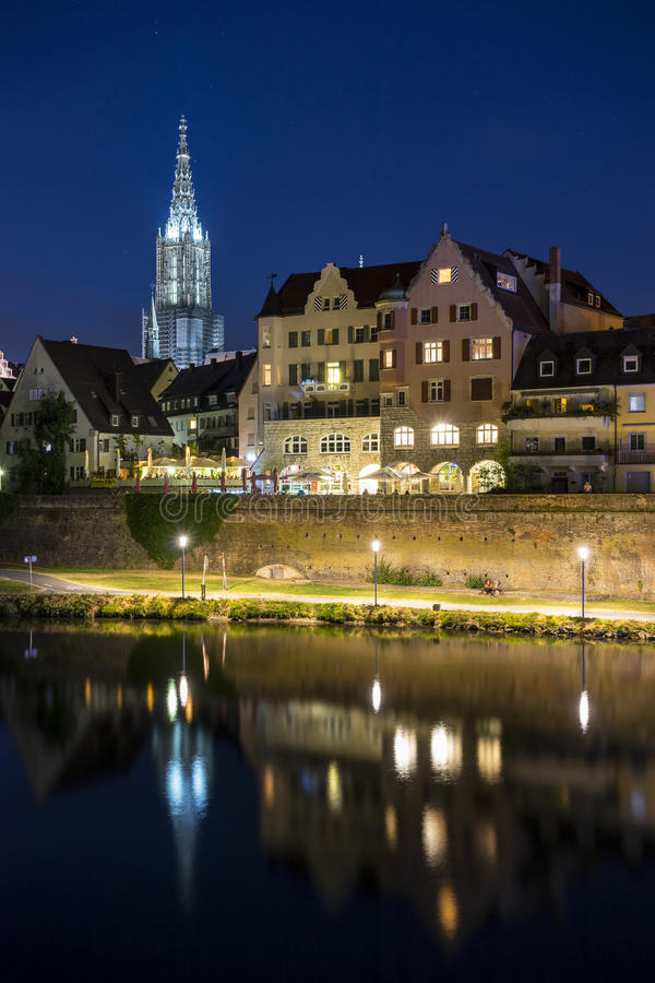 Skyline der deutschen Stadt Ulm nachts stockbild