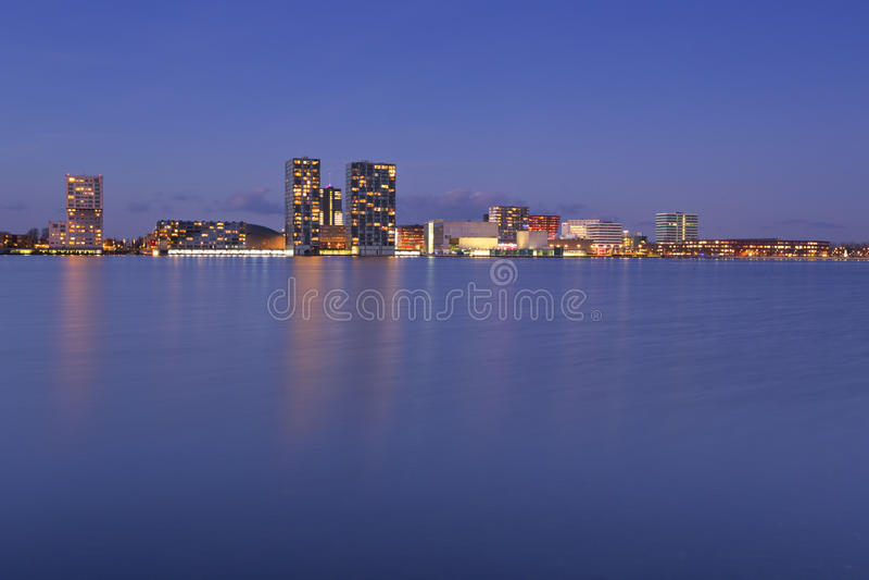 Skyline der Stadt von Almere in den Niederlanden lizenzfreie stockfotos