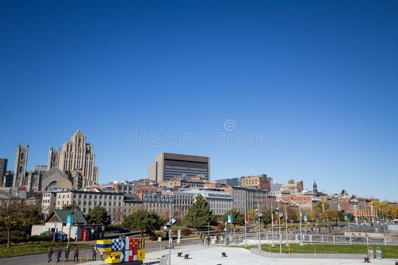 Skyline des alten Montreals, mit dem Notre Dame Basilica in der Front und Wolkenkratzer im Hintergrund stockfoto