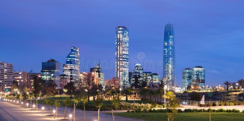 Skyline des Finanzbezirkes bei Providencia von Parque Bicentenario in Vitacura stockbild