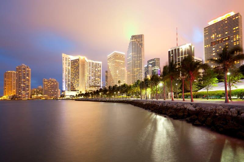 Skyline des Stadtstadtzentrums und des Brickell-Schlüssels in Miami lizenzfreies stockbild