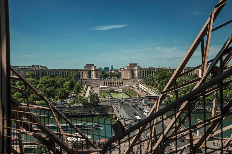Skyline, die Seine, Trocadero und Eisenstruktur des Eiffelturms, mit blauem Himmel in Paris stockbilder