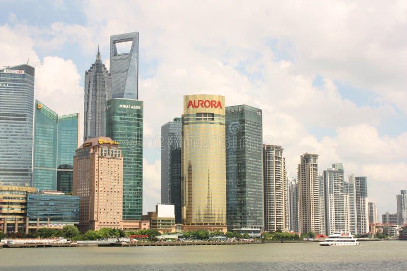 Skyline do barco de Shanghai e de turista imagens de stock