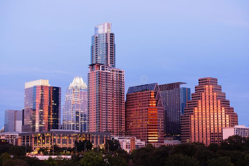 Skyline do centro Austin da cidade do crepúsculo da noite de Butler Metro Park Grounds fotos de stock royalty free