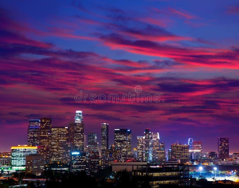 Skyline do centro Califórnia do por do sol de Los Angeles da noite do LA fotografia de stock royalty free