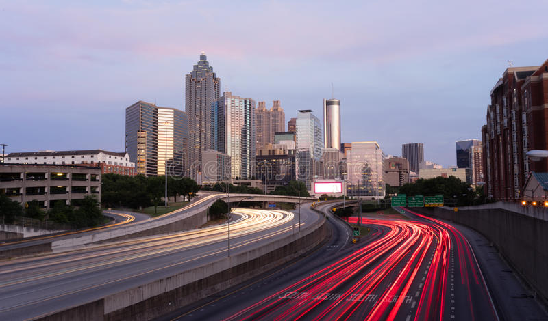 Skyline do centro da cidade de Atlanta Georgia Rush Hour Traffic Dusk foto de stock