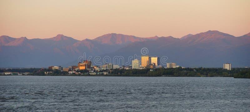 Skyline do centro da cidade de Inlet Anchorage Alaksa do cozinheiro fotografia de stock royalty free
