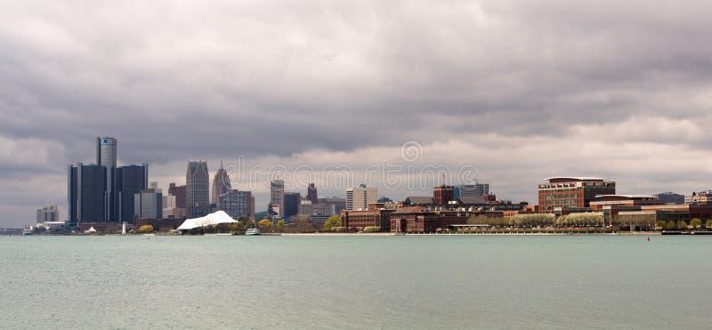 Skyline do centro da cidade do rio panorâmico longo de Detroit Michigan foto de stock royalty free