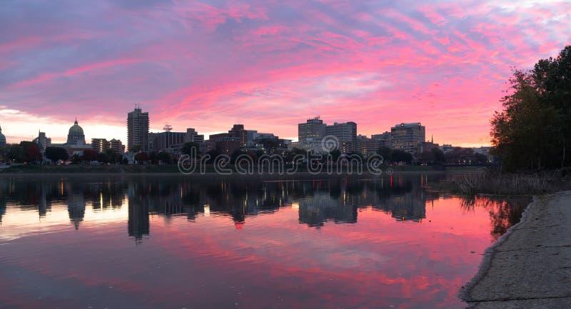 Skyline do centro da cidade do PA do Rio Susquehanna Harrisburg do nascer do sol imagens de stock royalty free