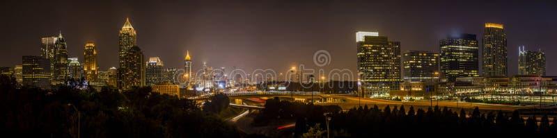 Skyline do centro da noite de Atlanta foto de stock