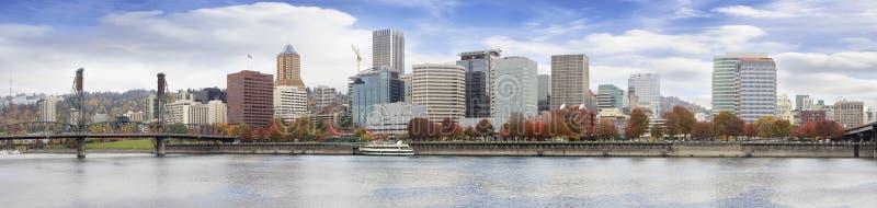 Skyline do centro da queda da margem de Portland Oregon imagens de stock royalty free
