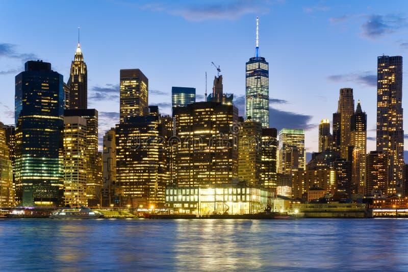 A skyline do centro de Manhattan no por do sol com reflexões no fotografia de stock