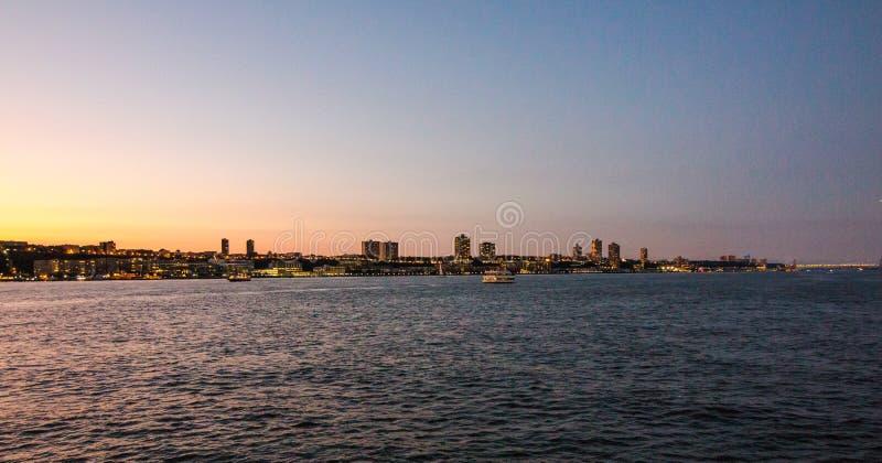 Skyline do centro de Manhattan no por do sol sobre Hudson River imagens de stock royalty free