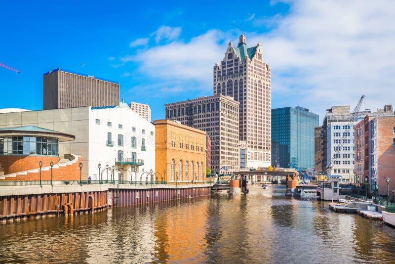 Skyline do centro de Milwaukee, Wisconsin, EUA no rio de Milwaukee imagens de stock royalty free