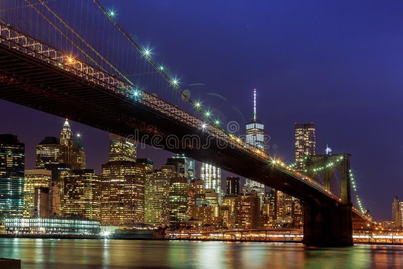 Skyline do centro de New York City Manhattan da vista panorâmica na noite fotografia de stock royalty free